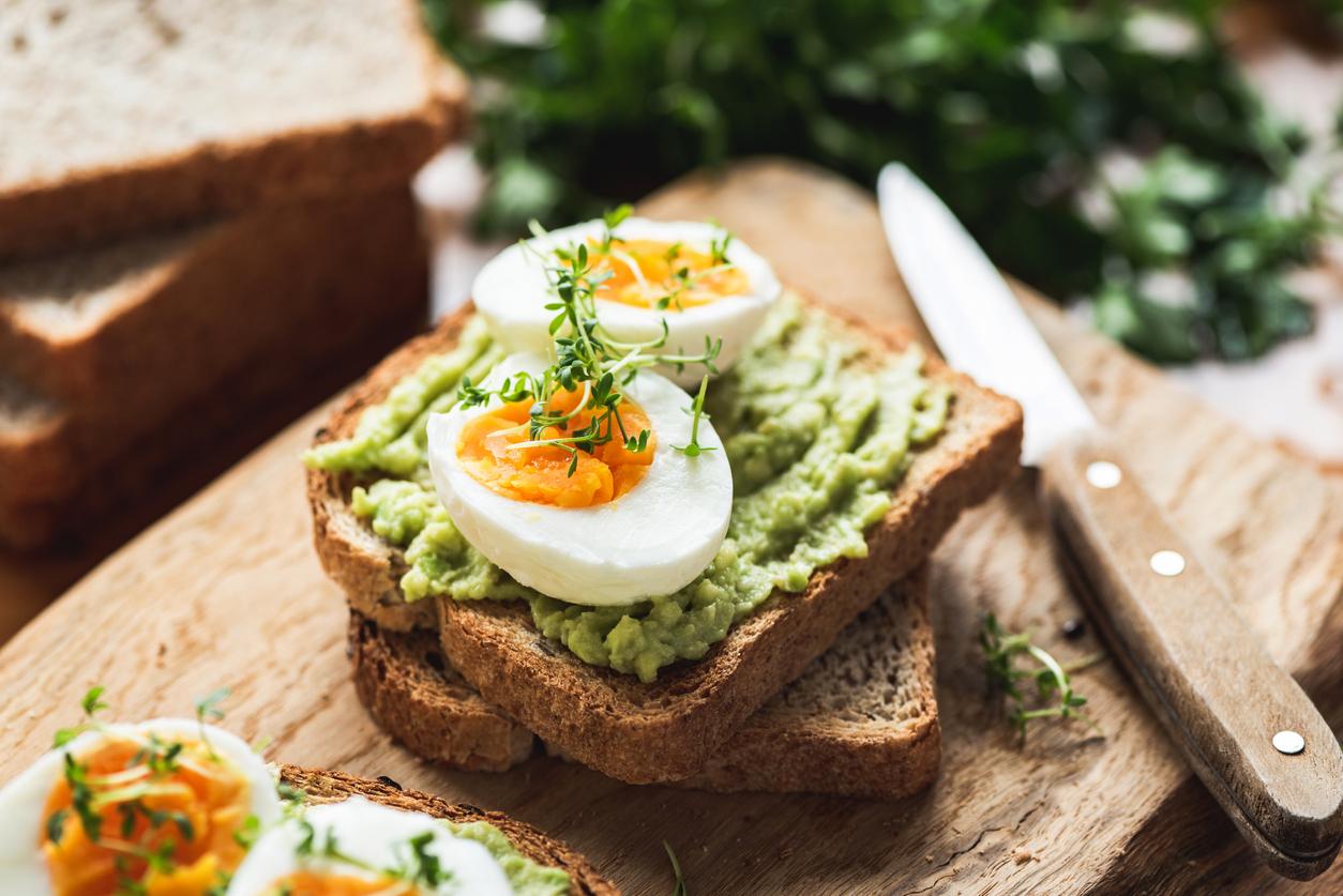 <p><strong>Свежи сандвичи Здраве; Продукти</strong> - авокадо - 1 / хляб - със семена / яйца - 2 бр. / спанак - малко / зехтин / черен пипер / сол; <strong>Приготвяне </strong>- Слагаме тенджерка с вода на котлона да заври. Не трябва да е много силен огънят. Когато заври водата, счупваме яйцата директно в тенджерката с вода. За да станат рохкави, ги варим 6 минути. През това време препичаме двете филийки хляб и слагаме малко зехтин и сол върху тях. Измиваме добре спанака и го нареждаме отгоре. След това слагаме предварително нарязаното авокадо. Когато яйцата са готови, ги слагаме върху сандвича с авокадо и поръсваме с черен пипер.<br /> &nbsp;</p>