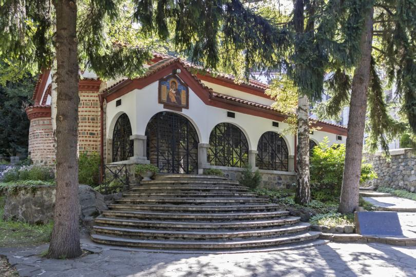 <p><strong>Драгалевски манастир </strong>-&nbsp;Драгалевския манастир &bdquo;Св. Богородица Витошка&ldquo;. Той е популярен с това, че е създаден от цар Иван Александър и оцелява след завладяването от османците през 1382 г.&nbsp;Разположен е над&nbsp;София&nbsp;в планината&nbsp;Витоша, в живописна природа сред букови гори до&nbsp;Драгалевска река&nbsp;край пътя за хижа&nbsp;&bdquo;Алеко&ldquo;&nbsp;и&nbsp;Черни връх. Отстои на 1 километър от софийския квартал&nbsp;Драгалевци</p>