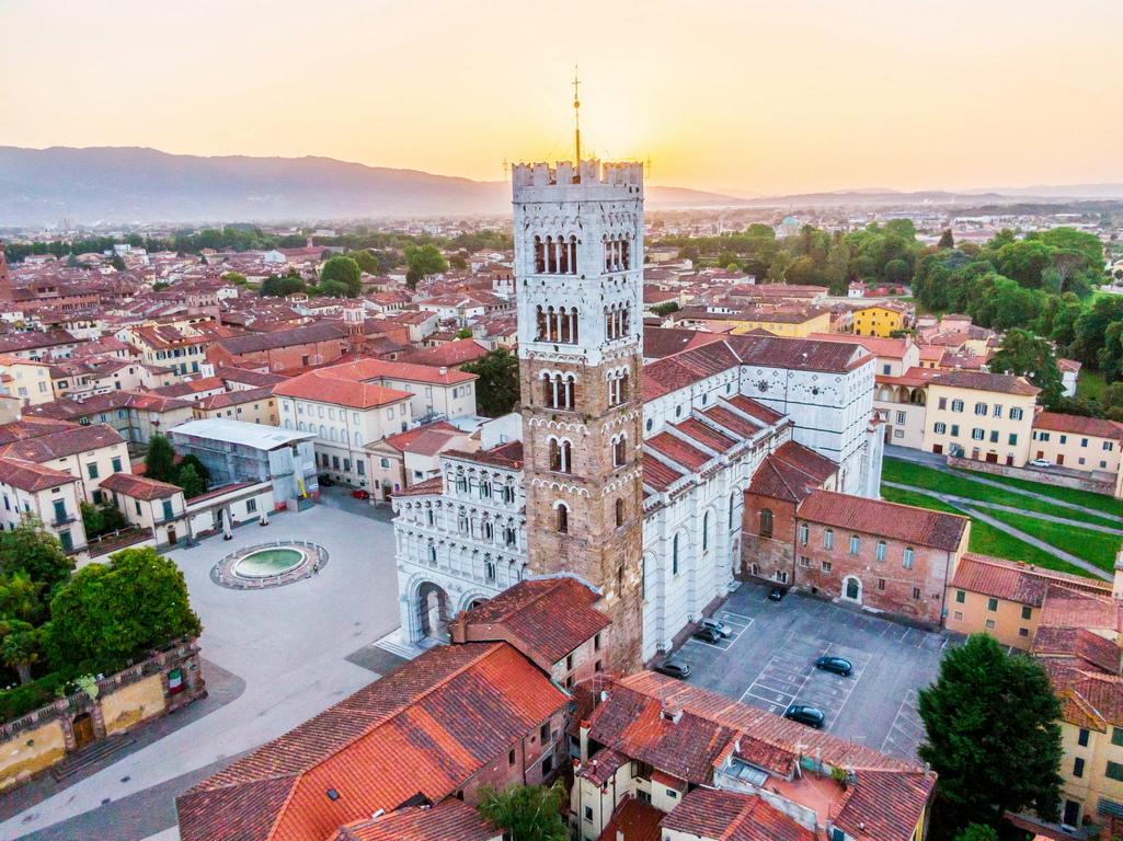 <p>Лука е един от най-важните художествени градове в Италия, известен в цял свят преди всичко заради своите добре запазени градски стени (15-17 век), които обграждат историческия градски център с периметър 4.450 м. Лука е запазил много следи от миналото си: църкви, замъци, площади и улички. Именно те придават чара на това малко градче, което като че ли съвременният урбанизъм е пощадил.</p>