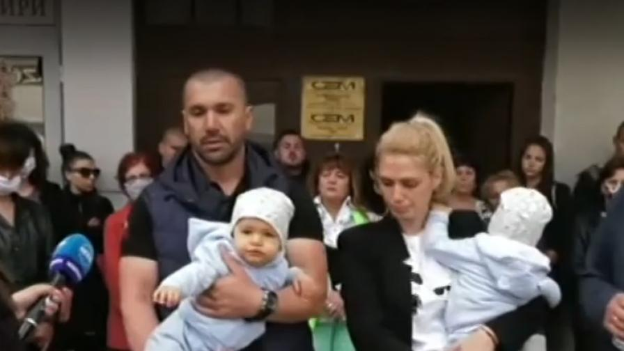 <p>Семейство с две бебета: Биха ни&nbsp;с бухалки</p>