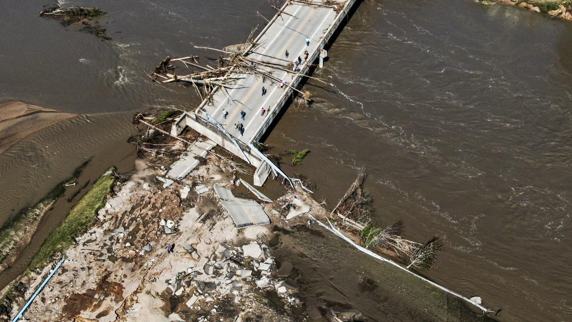 <p>Проливни дъждове, достигнали до 250 литра на квадратен метър само за 1 час, доведоха до скъсването на стените на язовирите Еденвил и Санфорд северно от Детройт.</p>