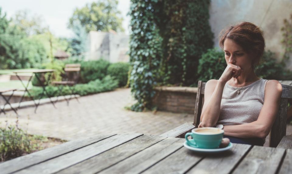 жена маса кафе тъга спомени мисли