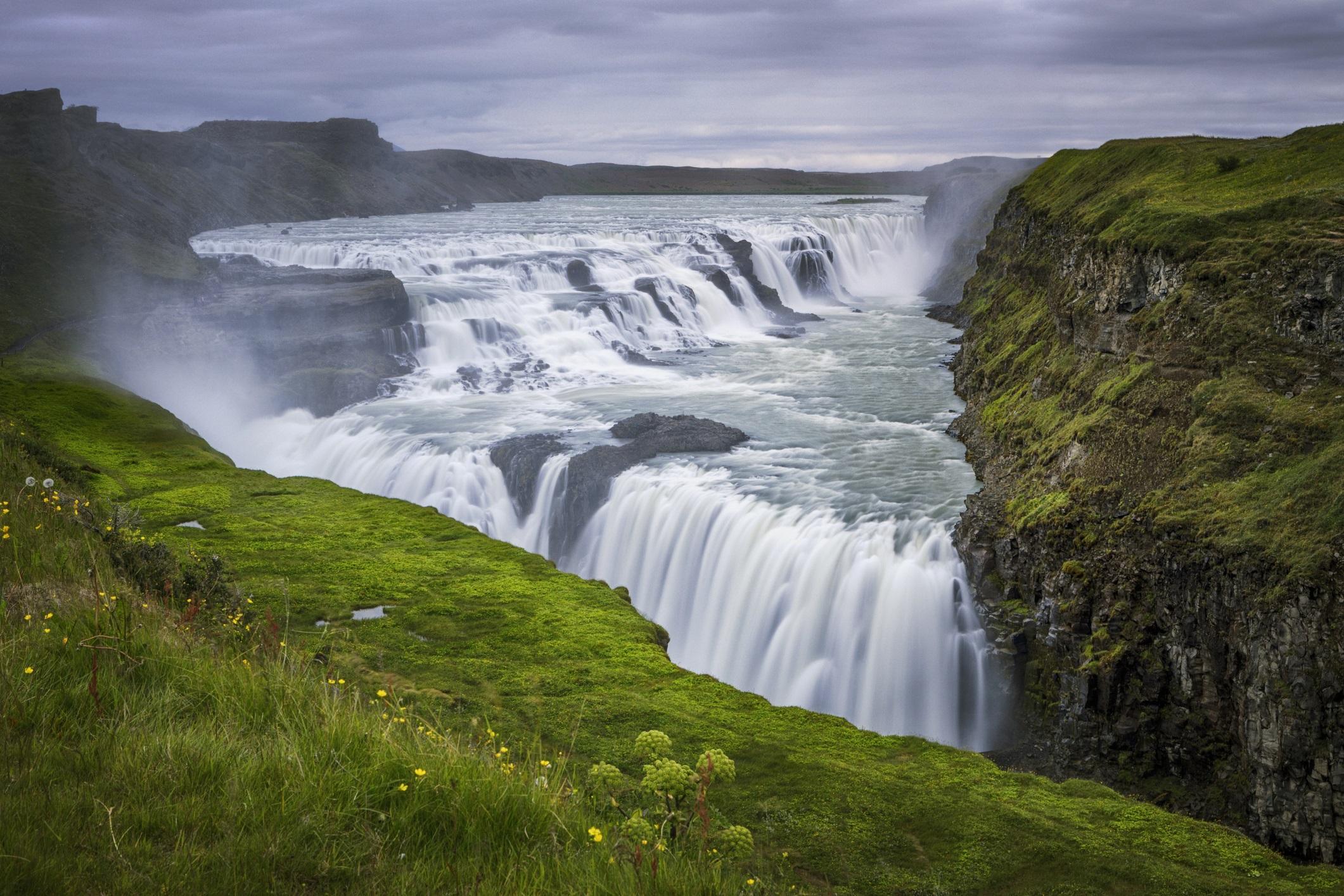 <p><strong>Гълфос, Исландия</strong></p>  <p>Наричат Исландия &quot;Земя на огън и лед&quot;. А където има лед, има и много вода, какъвто е случаят с гигантския Гълфос (Златният водопад). Той е широк 229 метра и изсипва водите си през две тераси в огромна пропаст. Водопадът се намира на пътя на известен туристически маршрут, което го прави лесно достъпен.</p>