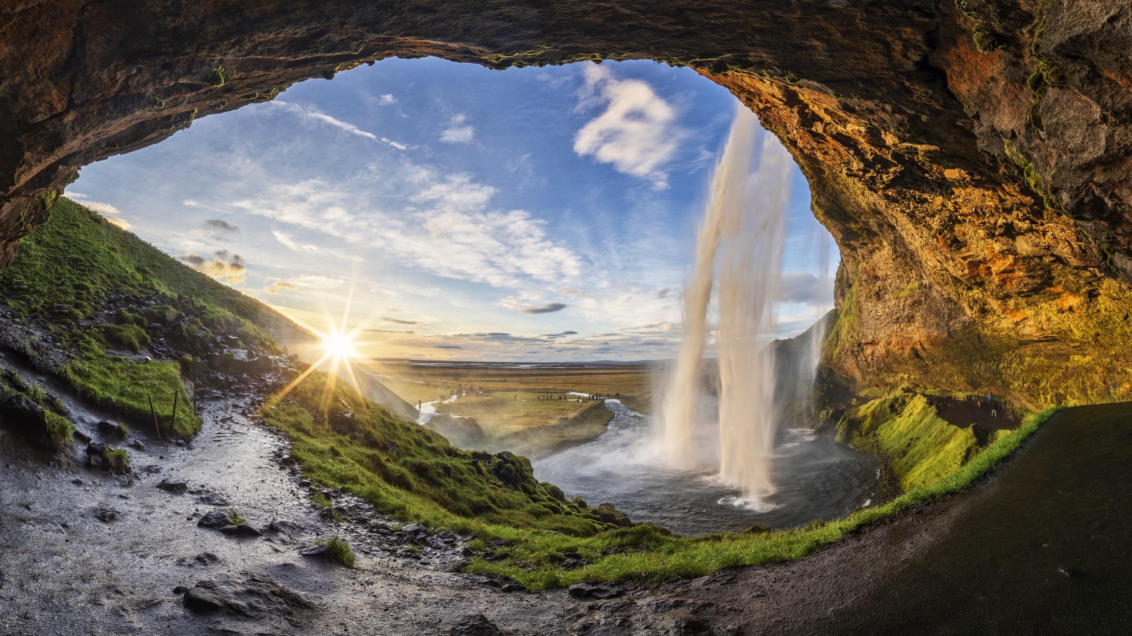 <p><strong>Селяландсфос, Исландия</strong></p>  <p>Селяландсфос в южната част на острова. Посетителите могат да минават зад него и да наблюдават местността през падащата от 66 метра височина водна каскада. Водопадът се намира по течението на река Селяландс.</p>