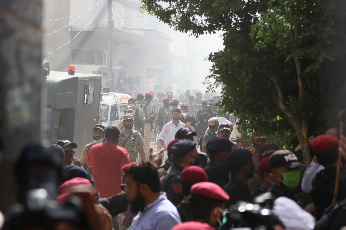 <p>Катастрофата се случи в момент, когато пакистанци в цялата страна се подготвят да отпразнуват края на Рамазан и началото на мюсюлманския празник Ид ал Фитр, като много от тях пътуват обратно по домовете си в градове и села.</p>