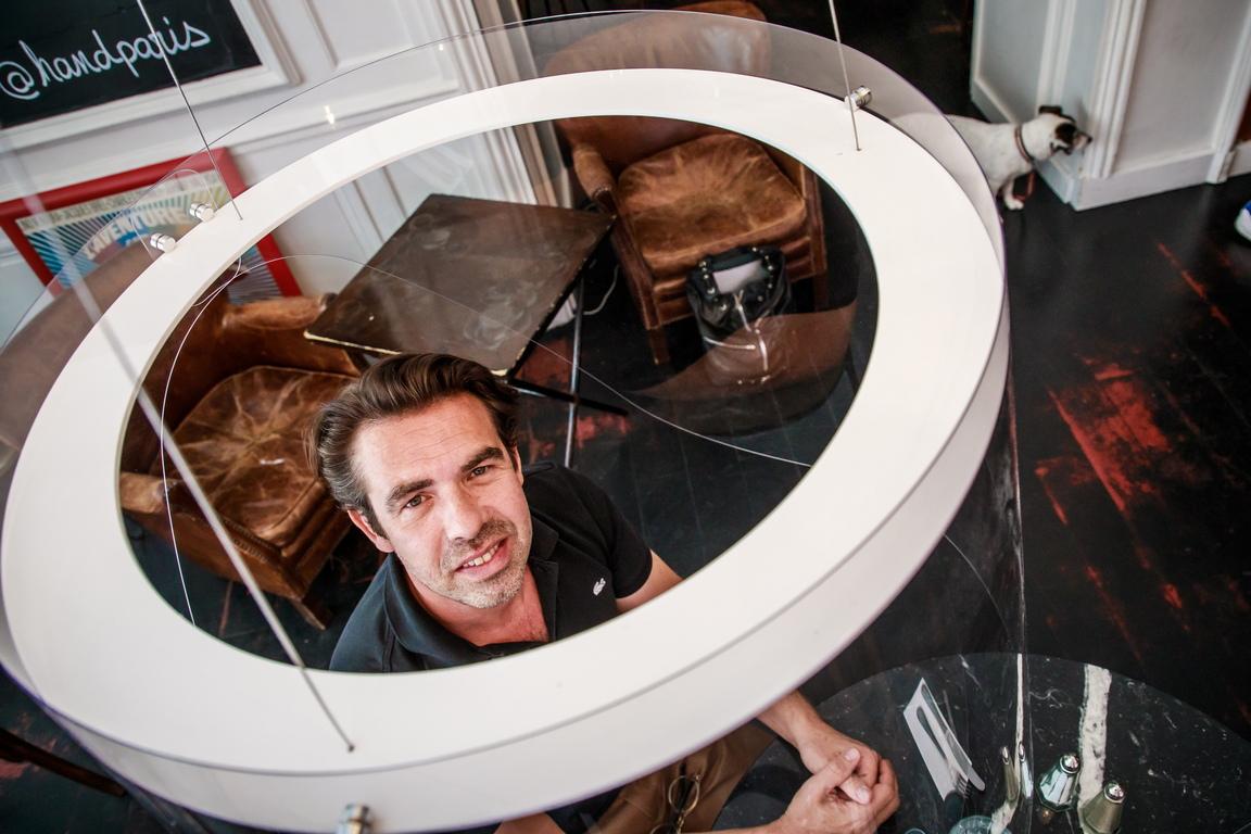 <p>Френският дизайнер Кристоф Гернигон позира със своето творение Plex`Eat, плексигласен &quot;балон&quot;, който заобикаля клиентите, за да ги предпази от инфекцията Covid-19 по време на презентация в ресторант HAND в Париж.</p>