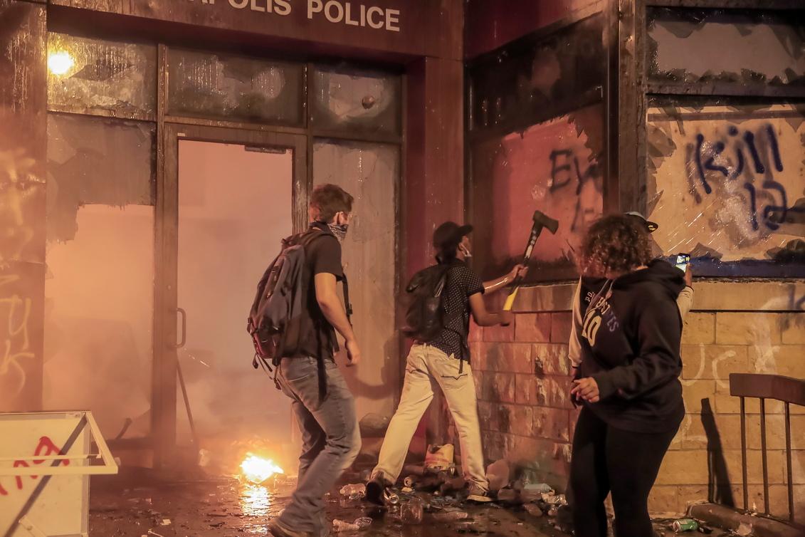 <p>Протестиращите отвръщат, като хвърлят камъни, стъклени бутилки и горящи предмети и се опитват да ги заслепят с лазери.</p>