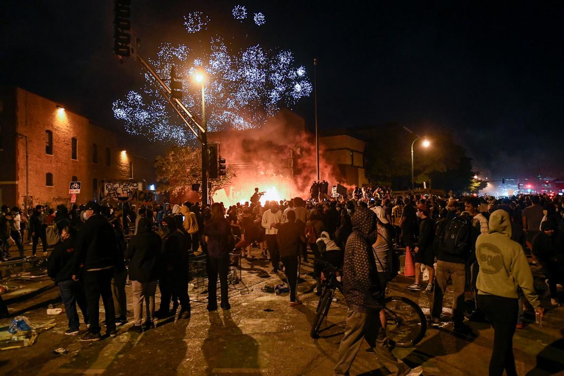 <p>Расте броят на участниците в уличните протести, възникнали поради смъртта на афроамериканеца Джордж Флойд. Все повече хора се събират в Минеаполис и Сейнт Пол в Минесота</p>