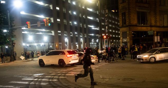 Свят 19-годишен загина при стрелба срещу демонстранти в Детройт Извънредно