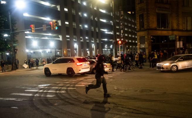 19-годишен загина при стрелба срещу демонстранти в Детройт