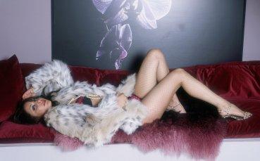 Разкрепостената Ева не спира да провокира с голи снимки
