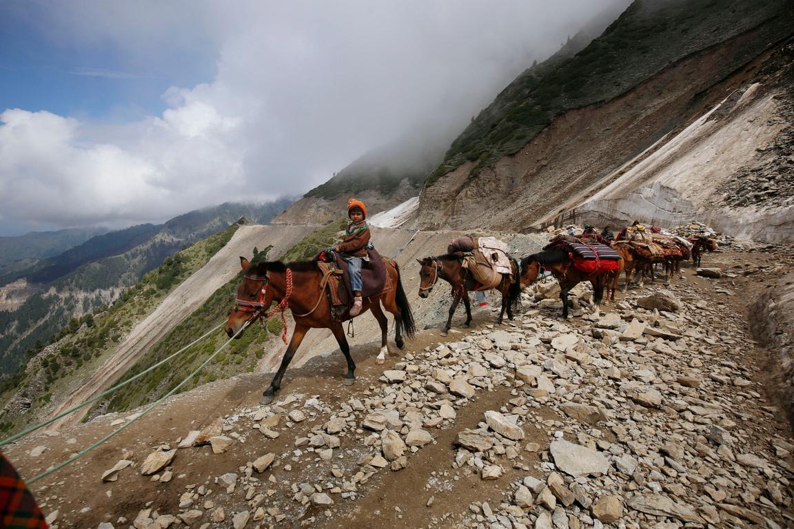 <p>Номадите изминават всяка година стотици километри за да открият по-зелени пасища за добитъка си.</p>