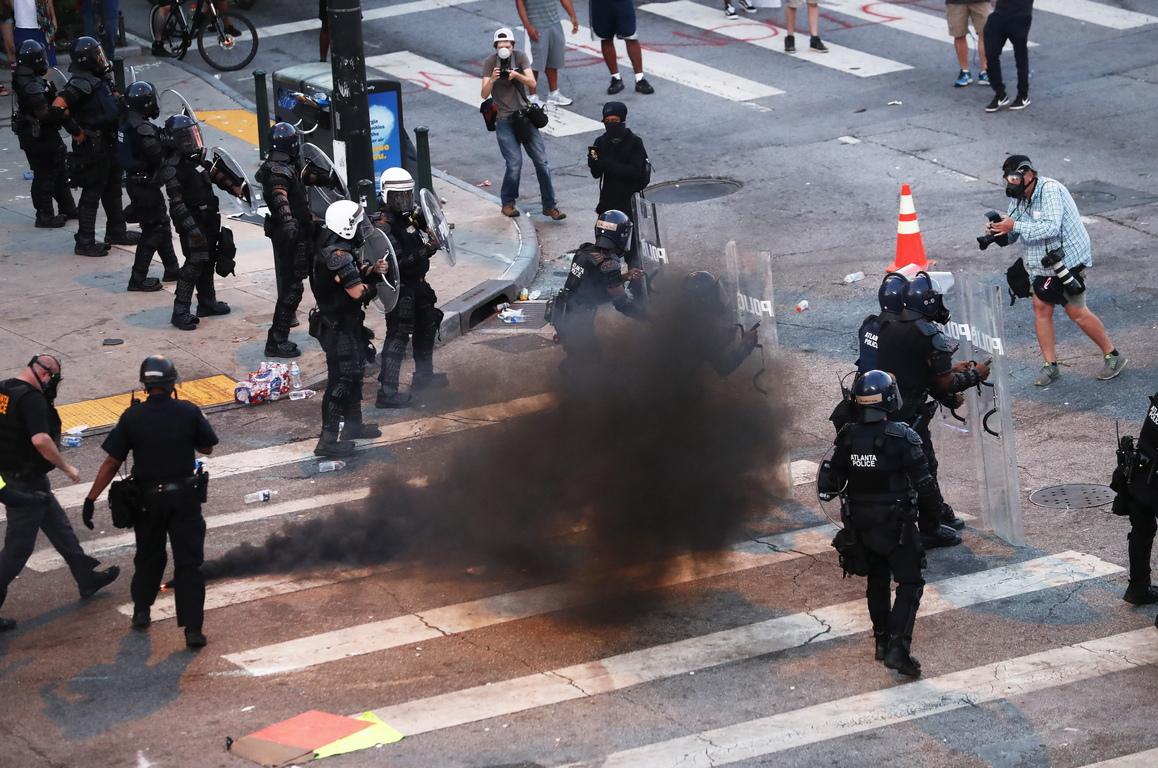 <p>Най-малко 11 души са загинали по време на протестите и свързаните с тях безредици в САЩ, предизвикани от смъртта на Джордж Флойд, съобщава РИА Новости.</p>