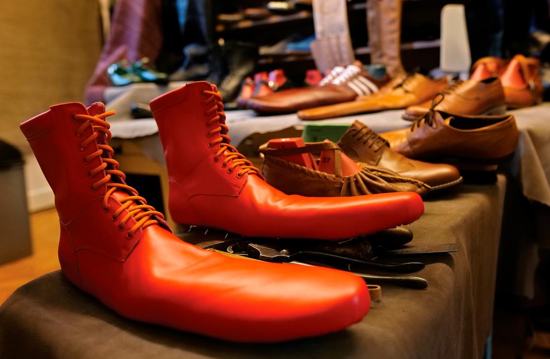<p>55-годишният Люп измисли обувките за социално дистанциране в опит да спаси малкия си бизнес в разгара на коронавирусната криза.</p>
