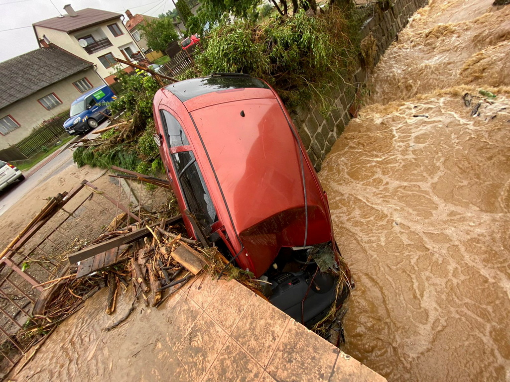 <p>Проливни дъждове наводниха снощи няколко малки населени места в региона Оломоуц в североизточната част на Чехия. Една жена загина, а друга се издирва, каза пред репортери представителят на пожарната Люция Балажова.</p>