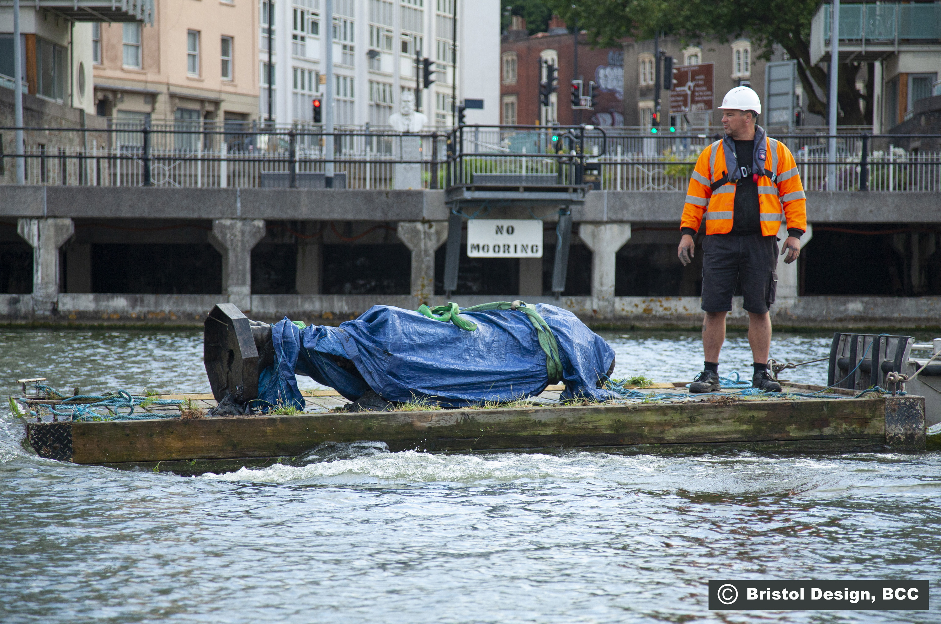 Съборени и изхвърлени в реката, запалени и покрити в графити. Протестиращи в САЩ и Европа се прицелиха в паметници от колониалното минало