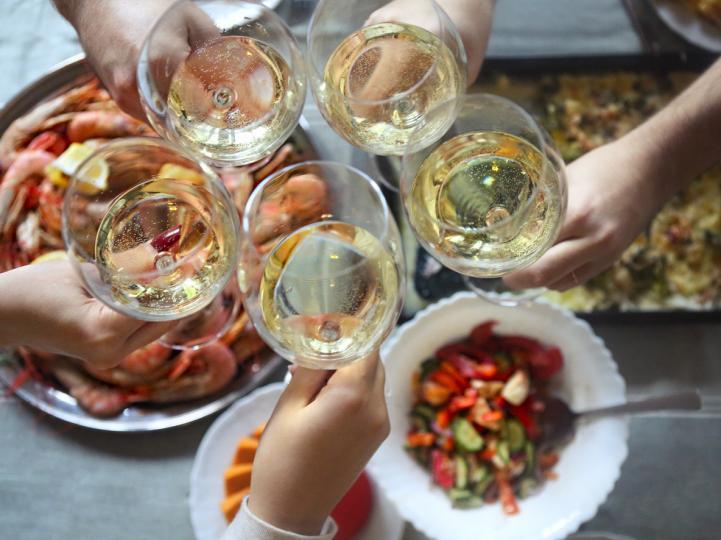 <p><strong>Свежи и плодови бели вина</strong></p>  <p>Сансер, пино гриджо, соаве, бяла риоха са добро съчетание към риба и салати, италиански антипасти с чесън, пикантна храна с чили и лятната храна като цяло.</p>