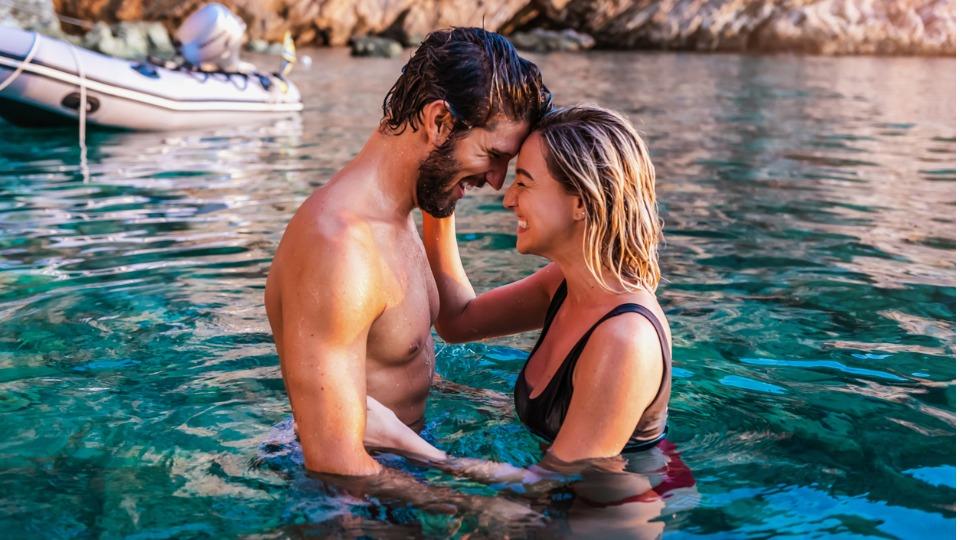 двойка лято любов море