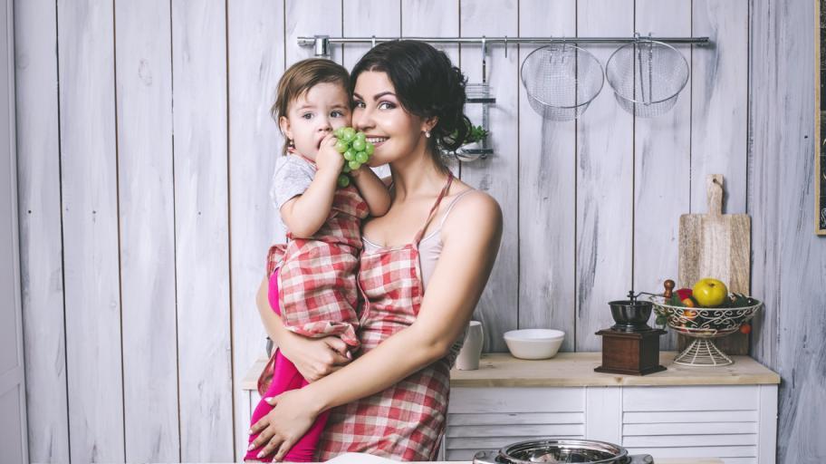Задълженията на майките са колкото две работи и половина