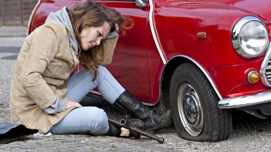 <p>Мъж дупчи гумите на коли с цел запознанство с жени</p>