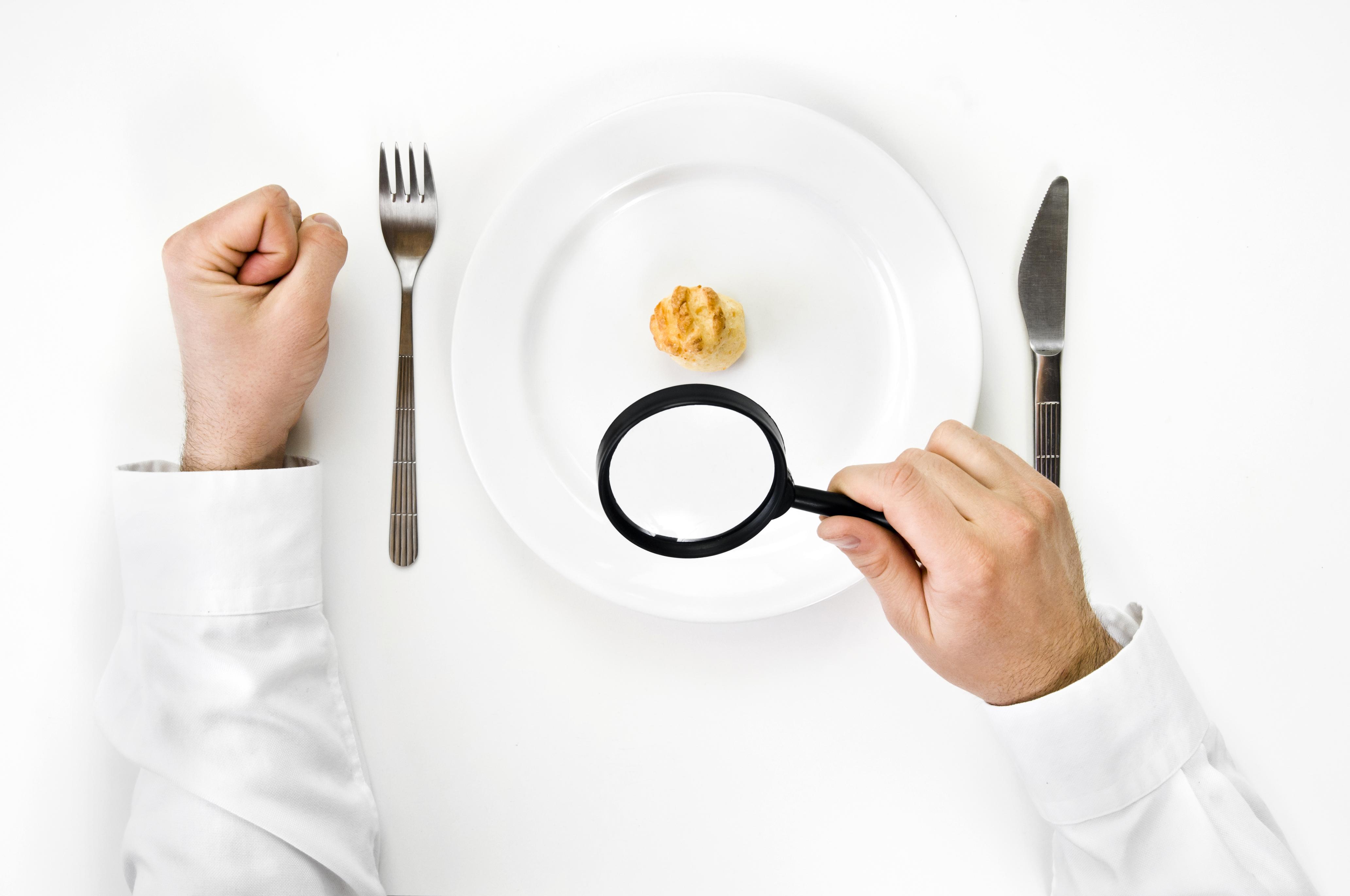 <p>5. Купувайте си по-малки чинии</p>  <p>Специалисти по хранене установяват, че хората, хранещи се в по-големи чинии, са по-склонни да преядат, тъй като хората несъзнателно слагат по-голяма порция, без дори да са наясно с това.</p>