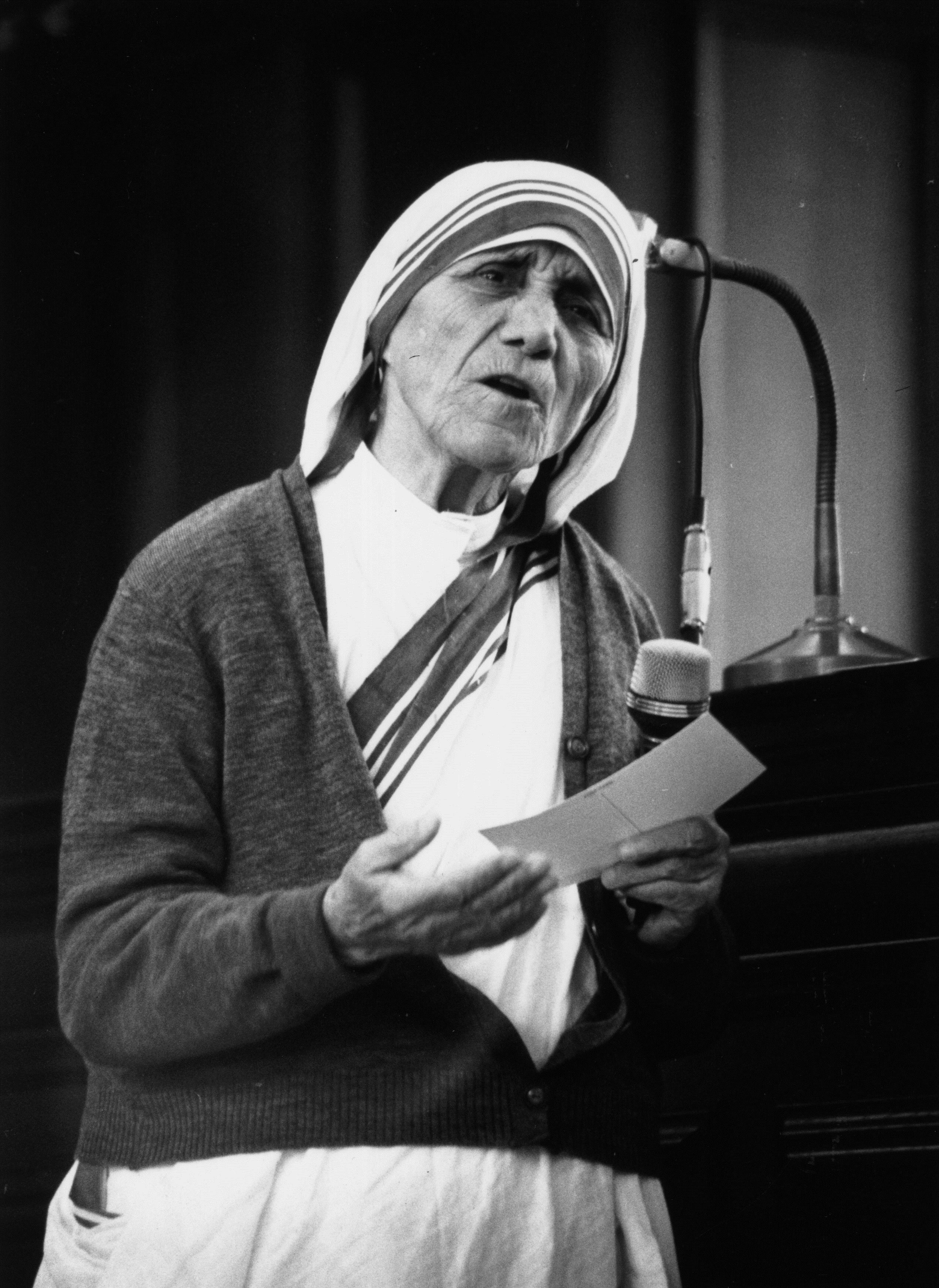 <p><strong>Майка Тереза за бедността</strong></p>  <p>&bdquo;Смятам, че е много красиво бедните да приемат съдбата си, да я споделят с Христовата страст. Мисля, че светът много се подпомага от страданията на бедните хора&rdquo;.</p>