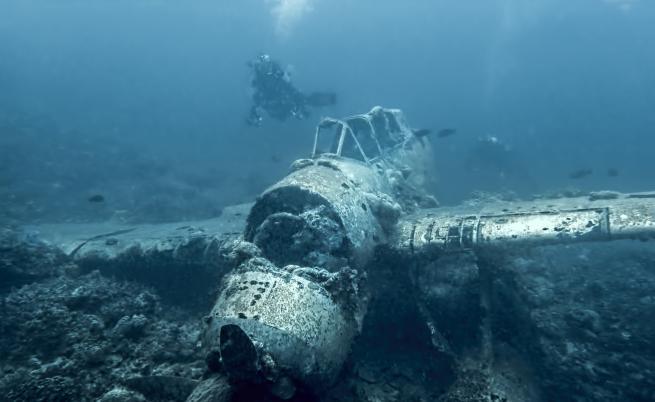 Най-голeмият потънал самолет в света чака посетители (ВИДЕО)