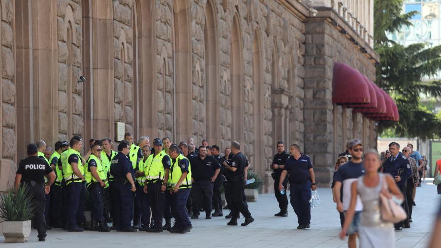 Засилено полицейско присъствие пред...