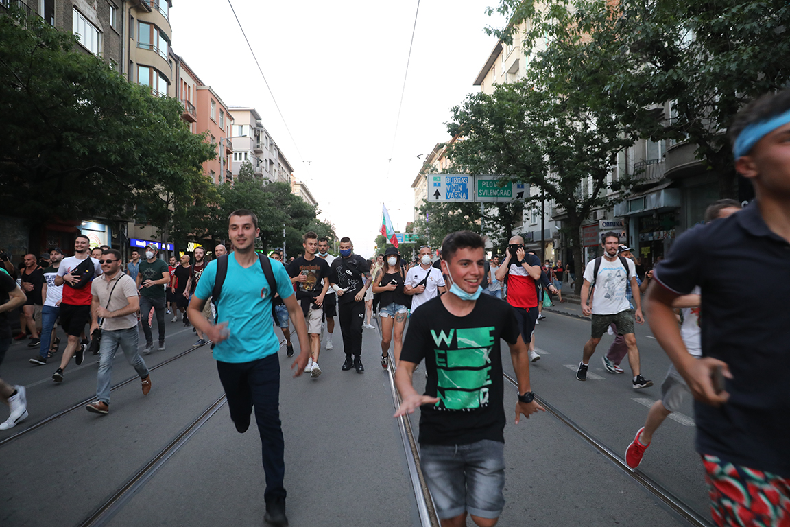 <p>Два протеста на метри един от друг, сблъсъци, арестувани</p>