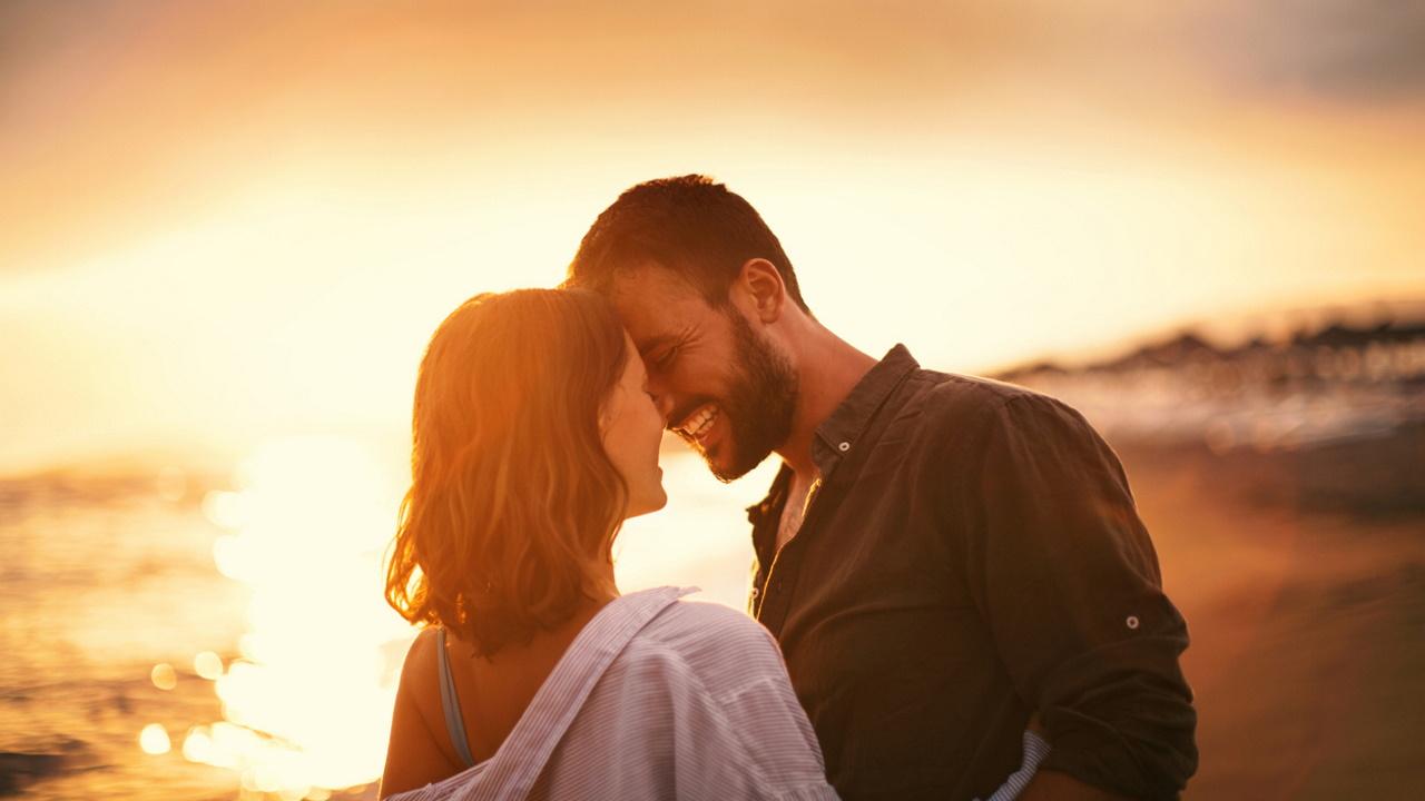 <p><strong>Огън &ndash; Овен, Лъв, Стрелец</strong>&nbsp;- Огнените знаци ни учат как да обичаме безстрашно. Те ни показват, че понякога скокът на вярата е точно това, от което се нуждаем, за да имаме най-добрата любовна история. Тази група ни показва как да обичаме някого с цялото си сърце, въпреки несигурността, с която могат да дойдат отношенията. Огнените знаци са живият пример за това какво означава първо да обичаш себе си, преди да обичаш някой друг.&nbsp;</p>
