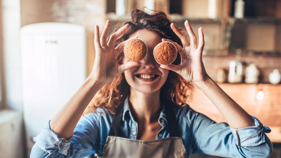 жена готвене кухня торта храна