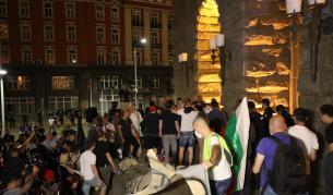 Протестът ескалира: Атакуваха вратите на бившия Партиен дом