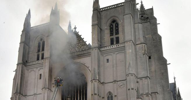 Свят Голям пожар избухна в катедрала във френския град Нант