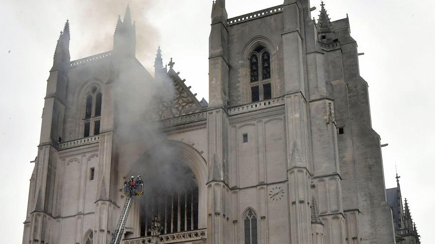 Голям пожар избухна в катедрала във френския град Нант