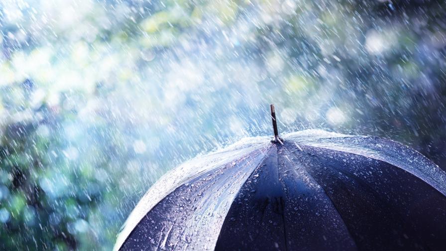 Жълт код за опасно време в половин България, кога ще спрат валежите