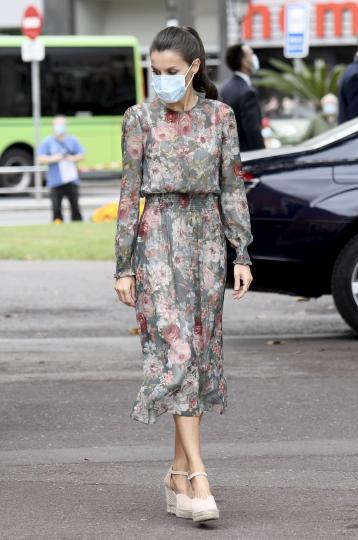 <p>В Баската автономна област Летисия облече рокля Zara с флорални мотиви, която наблюдатели помнят, че тя носи от 2017 г. Леката полупрозрачна дреха беше допълнена от светли еспадрили на платформа &ndash; този стил при обувките се затвърди като любим на испанската кралица, съдейки по избора ѝ по време на тази обиколка.</p>