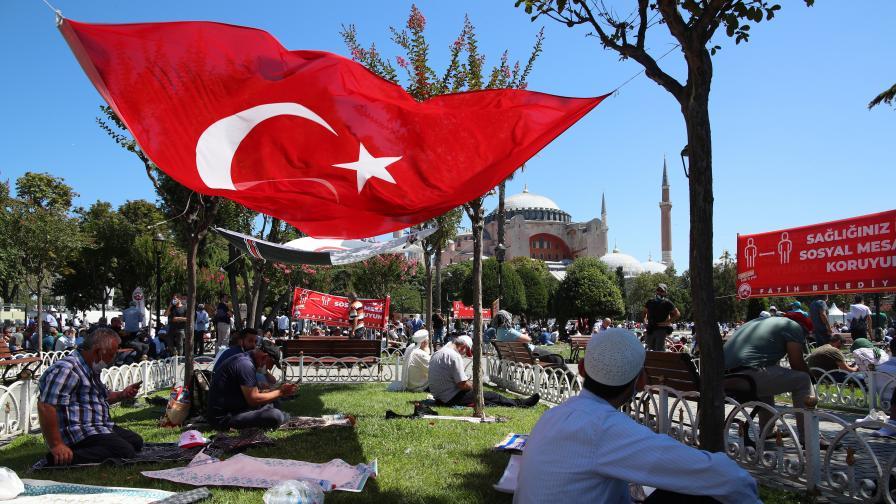 """В Гърция горяха турски знамена заради """"Света София"""""""