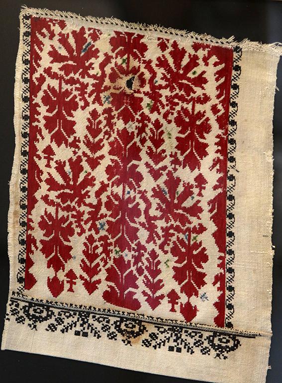 <p>Мировски лозя - свиленица бродирана около 1905 година в село Славци. Представлява клонки, листа, птици и червени върхове на копия. На пръв поглед се разпознава плетеница, но в същото време това е едно движение нагоре и надолу, сякаш клони разлюлени от вятъра. Лозата е стародавен символ на домашната любов, мир и изобилие. Бордюрът е цветна пъпка и стъбълце. Власите са зелени и сини хиксове или полегати кръстове, подчертаващи усещането за плодородие. Подладжицата е избродирана с черни конци то ли ружа, то ли гнездо на птица с листа и клонки.</p>