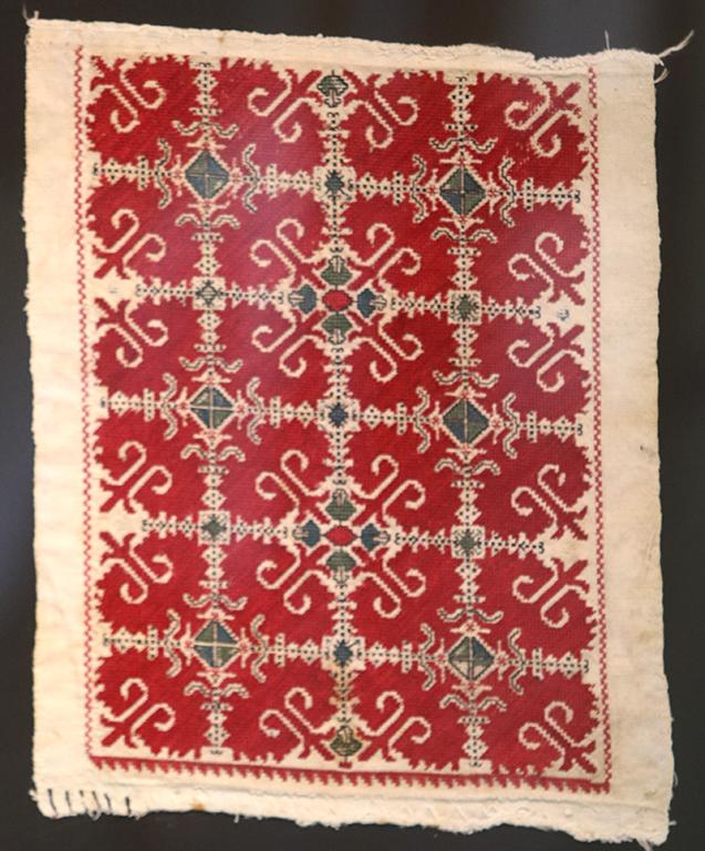 <p>Везбата на този ръкав е била популярна за село Малашевци. Везан е около 1914 година. Смесата е плътна в три реда и наподобява плодник на лале. Вижда се силно стилизиран полегат кръст, а в бялото поле се образува нов кръст.</p>