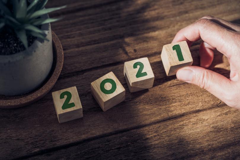 <p><strong>Овен</strong> - Овните ще могат да намерят своя път в живота през Новата година. Настоящата година&nbsp;е период на коригиране на грешки и поставяне на нови цели. От януари 2021&nbsp;г. настъпва времето за реализиране на всички амбициозни идеи и замисли.&nbsp;&nbsp;Овните са интуитивни личности и през новата година е важно винаги да слушат какво казва сърцето им: това ще са най-верните подсказки за тях!</p>  <p>&nbsp;</p>