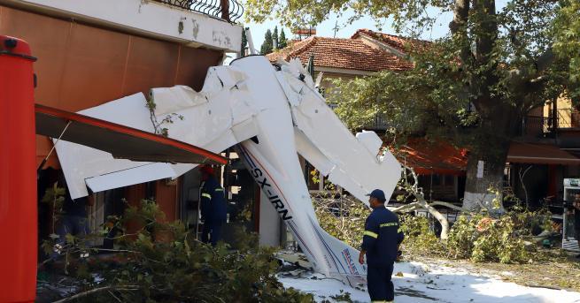 Свят Самолет се разби в сграда в Северна Гърция По