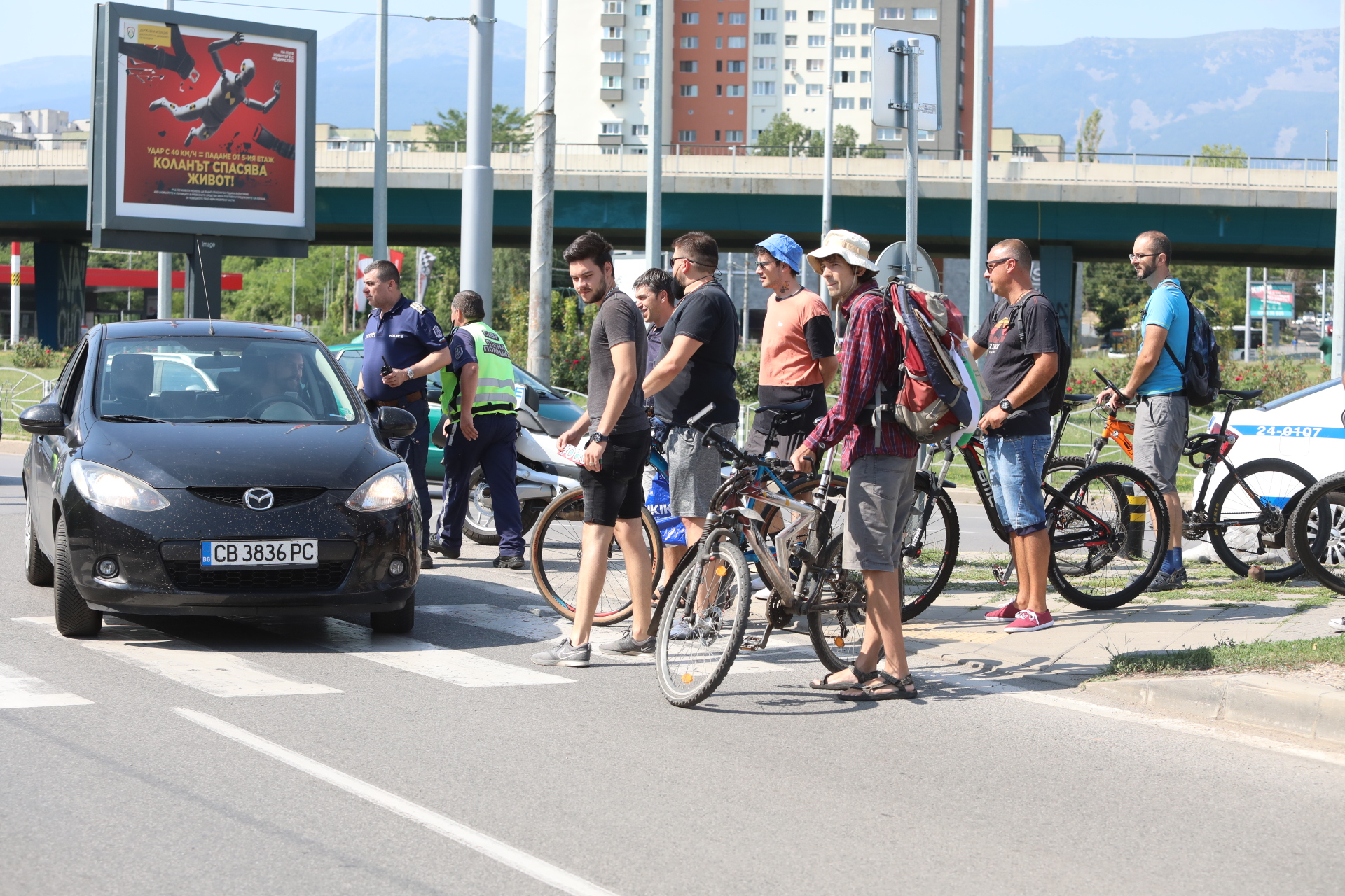 """Идващите членове на партията са посрещнати от група протестиращи, които блокираха две от пешеходните пътеки на кръговото кръстовище на """"4-ти км""""."""