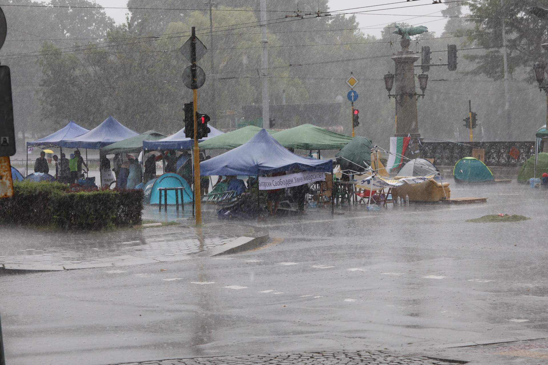 <p>Дъжд се изсипа върху палатковия лагер на Орлов мост</p>