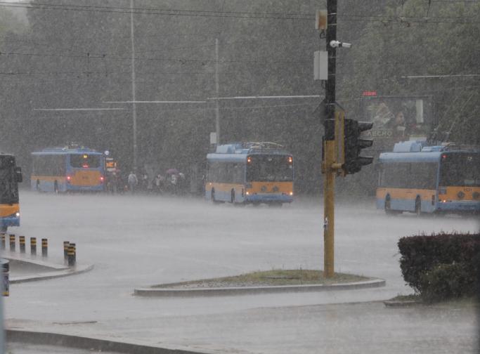 Дъжд се изсипа върху палатковия лагер на Орлов мост
