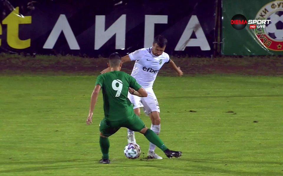 Светослав Дяков получи втори жълт картон в 33-ата минута на