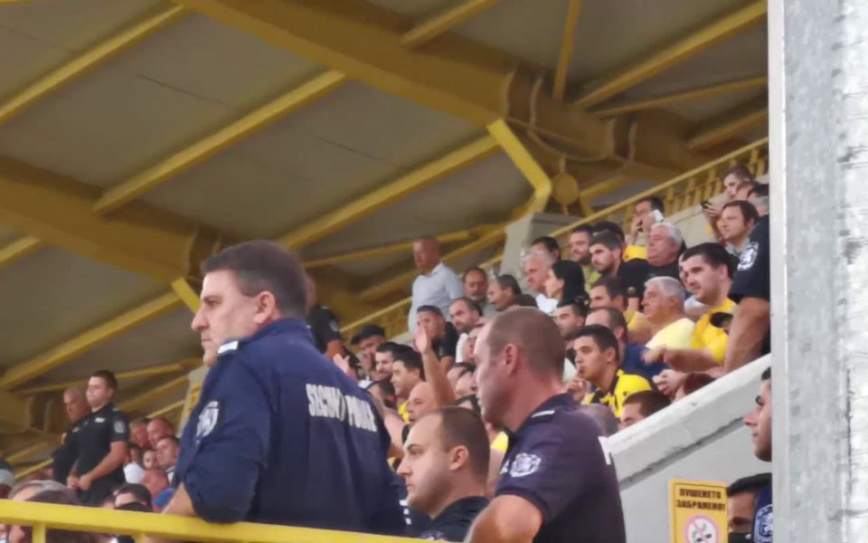 Собственикът на Локомотив Пловдив гледа дербито от трибуните в Коматево.