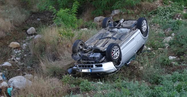 България Кола излетя и се обърна край Симитли, пострадали Пътният