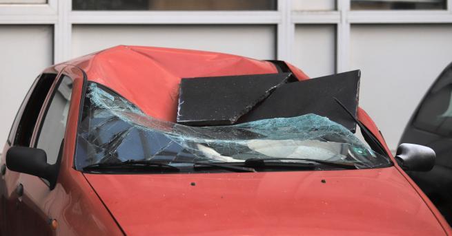 България Плоча падна и смачка автомобил в София Инцидентът е