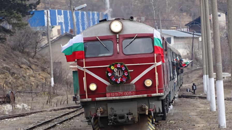 Пътнически влак се удари в скали