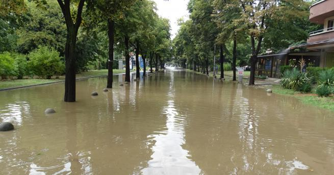 ороен дъжд се изсипа над Благоевград и наводни паркинга пред
